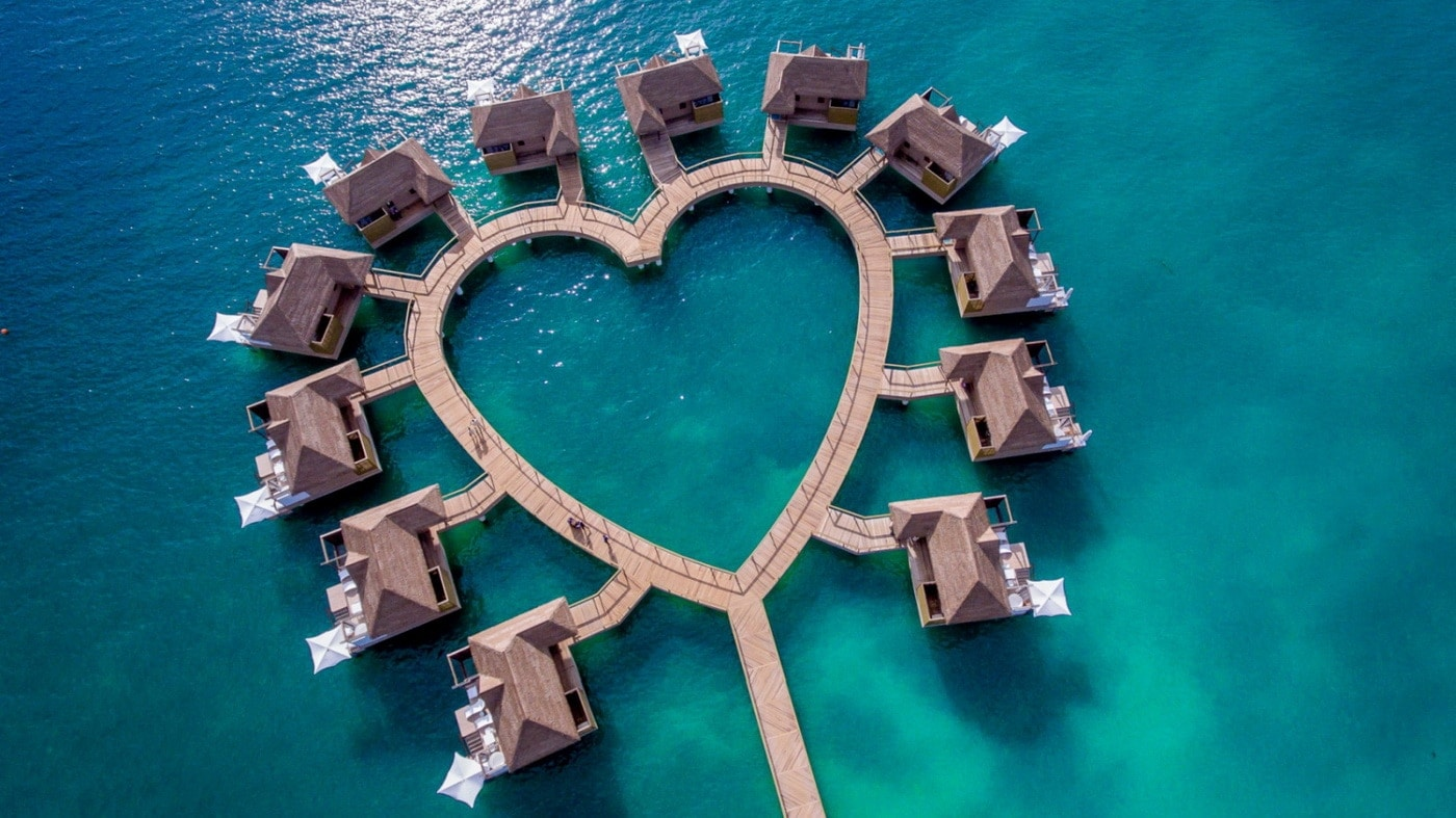 Overwater-Bungalows im Sandals South Coast Resort (c) Sandals Resorts International