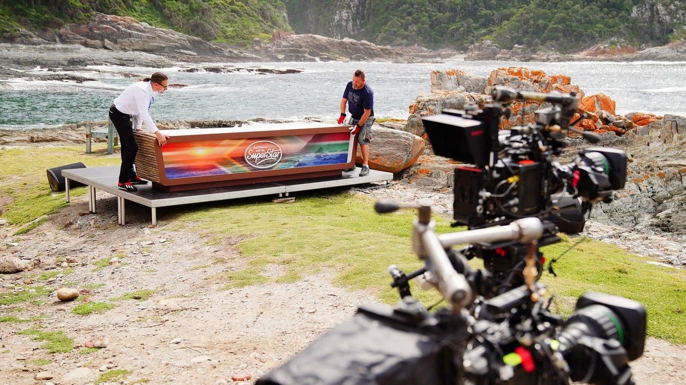 Aufbau des Jury-Sets am Storms River (C) TVNOW / Stefan Gregorowius